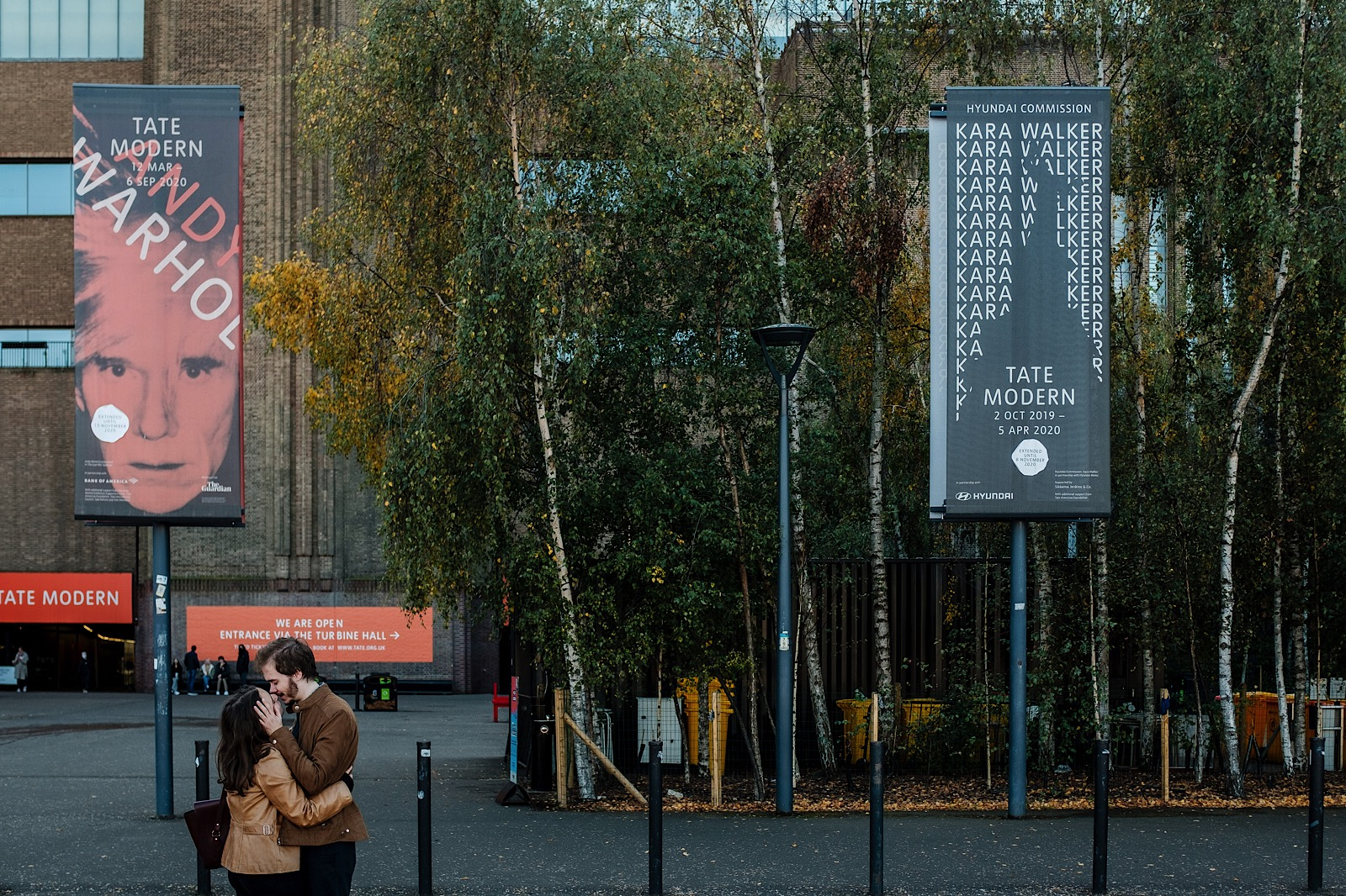 Couple kissing outside of tate Modern in London